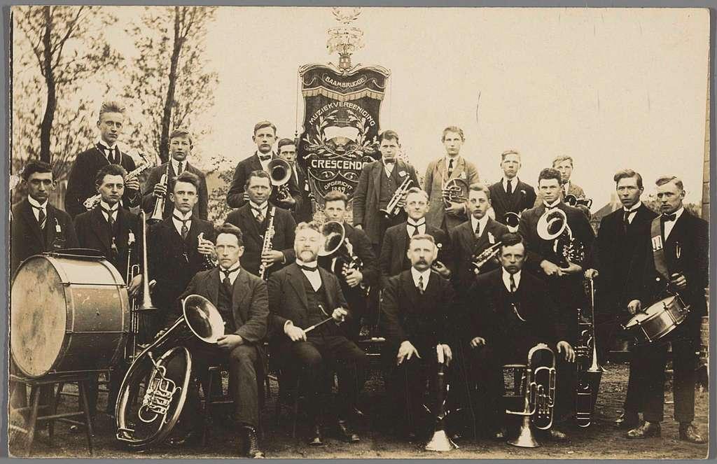 Groepsportret van de Baambrugger muziekvereniging 'Crescendo'
